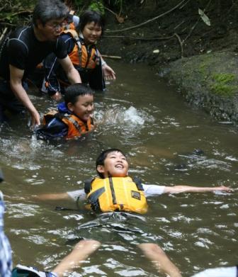 変幻自在な自然に同調する―子どもたちが山や海や川で学ぶこと
