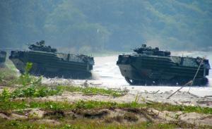 陸自の水陸両用装甲車、AAV7導入は裏口入学だ