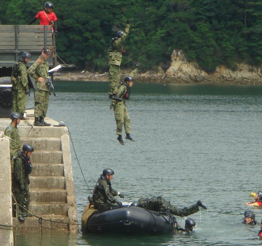 米海兵隊そっくり、日本版「海兵隊」の猛訓練をみる