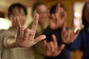 行政は、手話言語法の必要性を意識した対応を