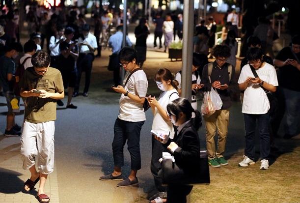 東京の「ポケモンGO」熱中組と京都の観光客
