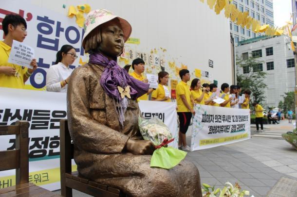 [10]日本大使館は韓国の若者であふれていた