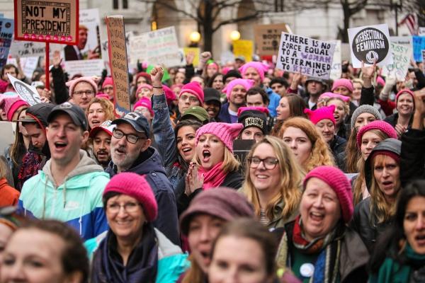 女性主導のトランプ氏抗議デモでの思わぬ出来事