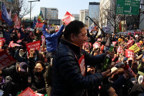 朴大統領罷免、日本への影響は?
