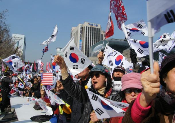 [5]朴前大統領をめぐるロウソクと太極旗の陥穽