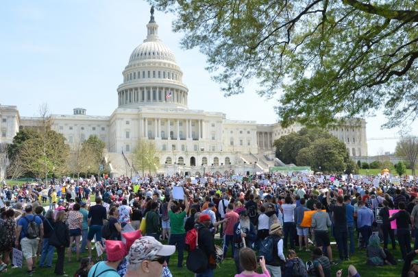 「抵抗の手引書」でトランプ政権に対抗