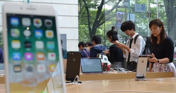 近未来的な高級感を見せるiPhoneX