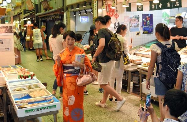 観光客でにぎわっても業績不振の京都・錦市場