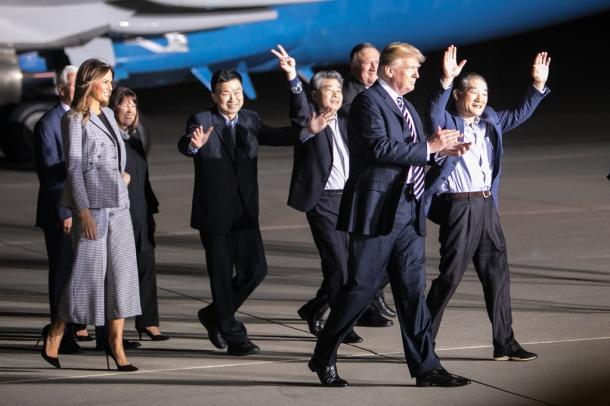 [85]北朝鮮解放3米国人帰還実況TVショー!