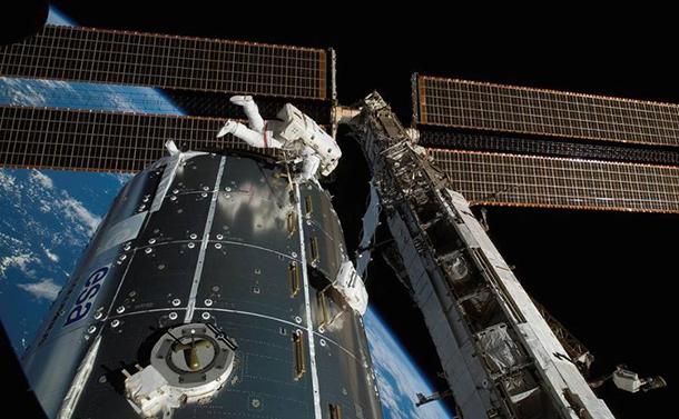 国際宇宙ステーションの次は、月有人基地 <上>