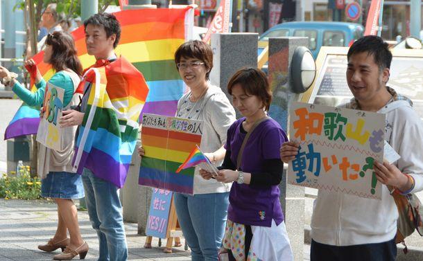 LGBTカップルの支援は少子化対策に必要か