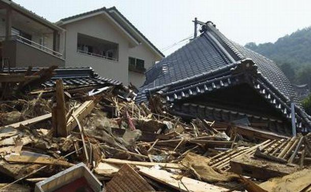 同時多発の土石流が山裾の家々襲う