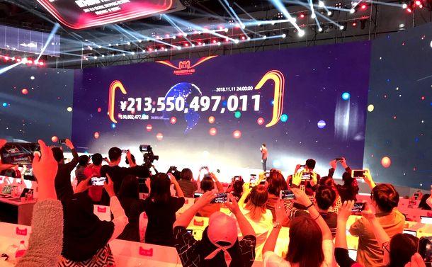 消費大国・中国 アリババ巨大セールに群がる人々