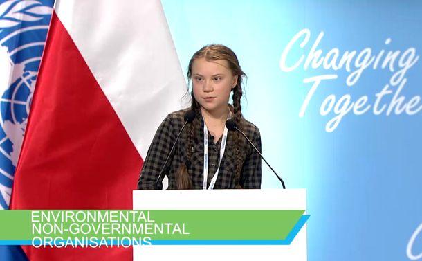 少女は温暖化対策を訴え国会前にひとり座り込んだ