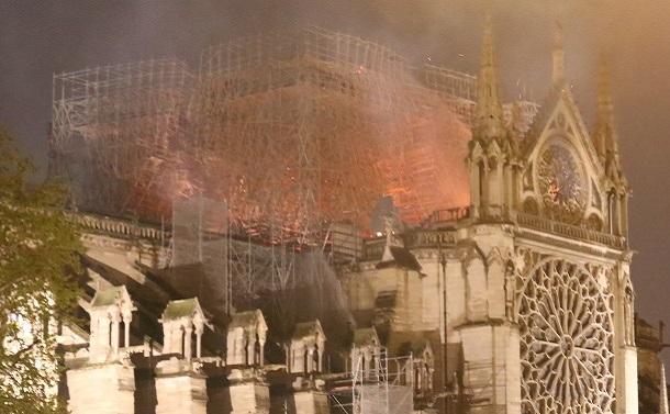 ノートルダム大聖堂火災、市民の対照的な光景
