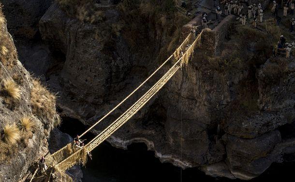 インカ帝国から今に続く「草で作るロープ橋」