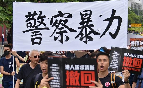 香港の警察はなぜ暴力をエスカレートさせるのか