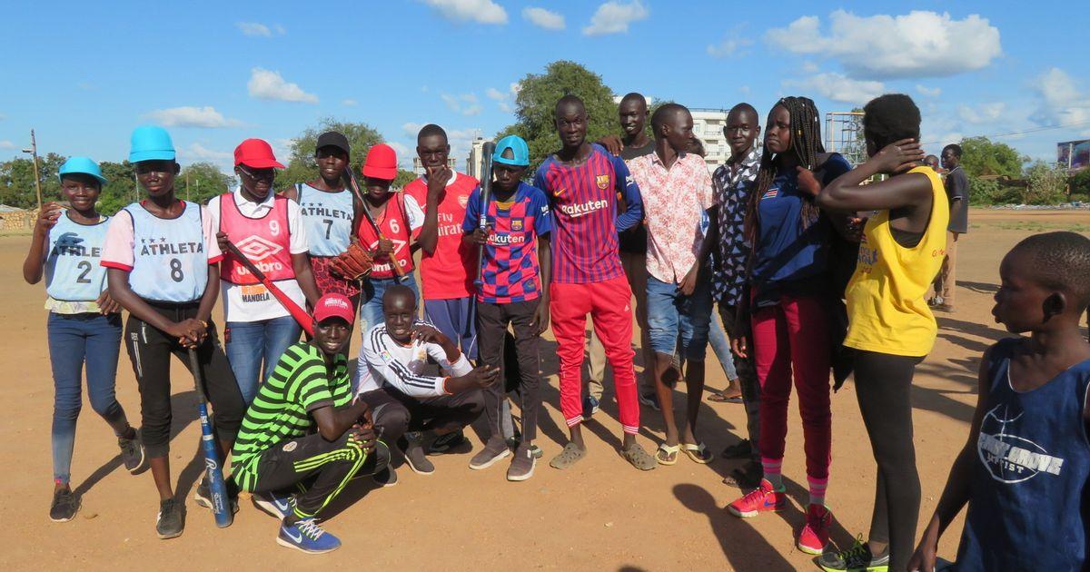 南スーダン野球団の練習に女子が。広がる女子ソフトへの夢(動画あり)