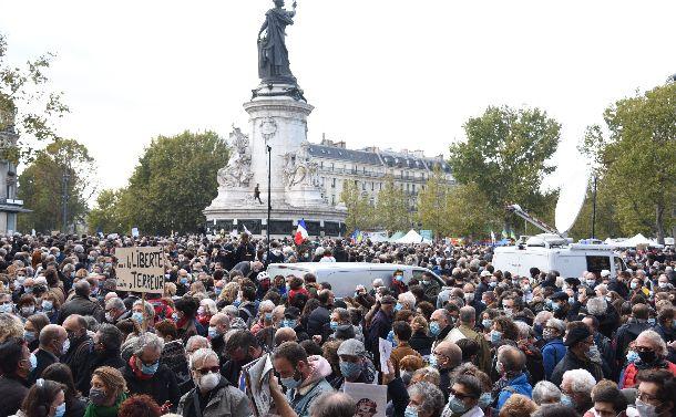 パリ教員殺害テロ事件で「共和国の存在を賭けた闘い」に挑むマクロンの覚悟