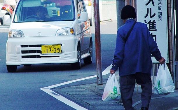「買い物難民」の労苦をなくすために、大流通資本は小型スーパーの出店を