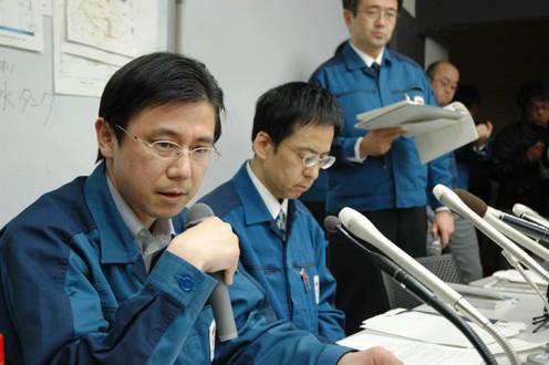 福島第一原発、炉水の1万倍の汚染水に足つける